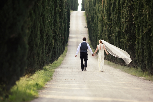 intimate-wedding-within-walled-medieval-town-in-san-gimignano-italy