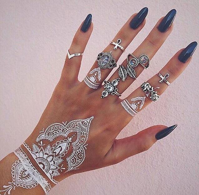 tatuagem-temporária-de-henna-branca-que-imita-renda-nas-mãos-e-pulso