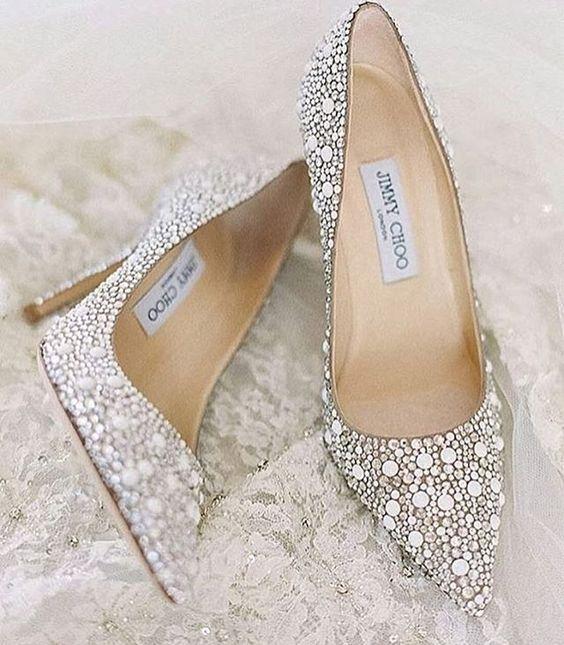 d5341c751 Os sapatinhos de noivas podem ganhar as ruas nesse caso opte por modelo  confortável que case com seu estilo, uma rasteirinha super combina com  jeans se ...