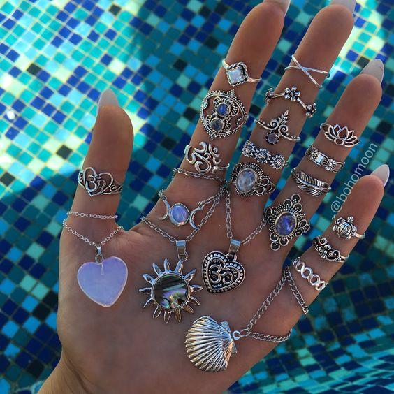 Anel de prata feminino: como combiná-lo com diversos visuais